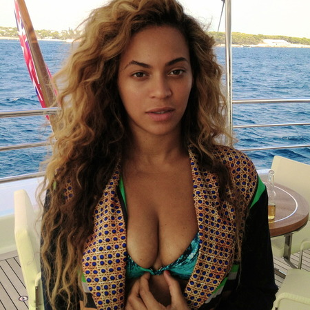 Beyonce does laid back beach style