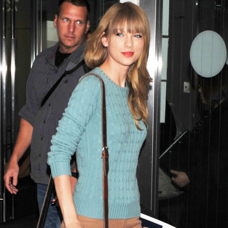 Taylor Swift shows us how to wear a colourful winter knit