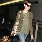 Anne Hathaway turns bag lady at Tokyo airport