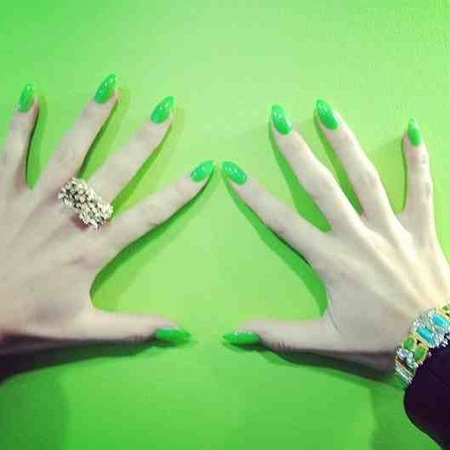 Jessie J's long green nails at The Voice
