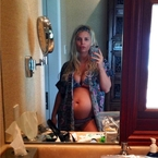 Jessica Simpson flaunts her baby bump