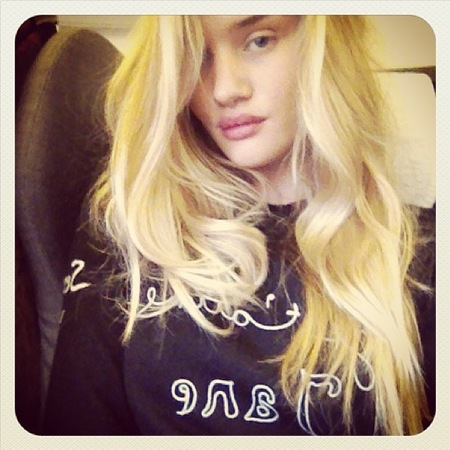 Rosie Huntington-Whiteleydebuts new bleach blonde hair