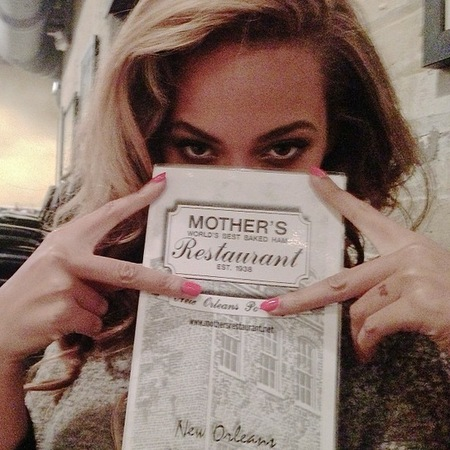 Beyoncé shows off pink nails in New Orleans