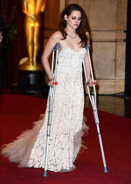 kristen stewart on crutches at the Oscars