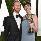 Anne Hathaway talks marriage & veganism at the Oscars