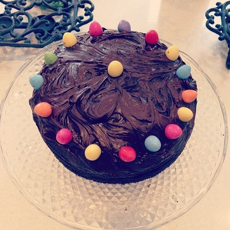 Kelly Brook bakes an Easter chocolate cake