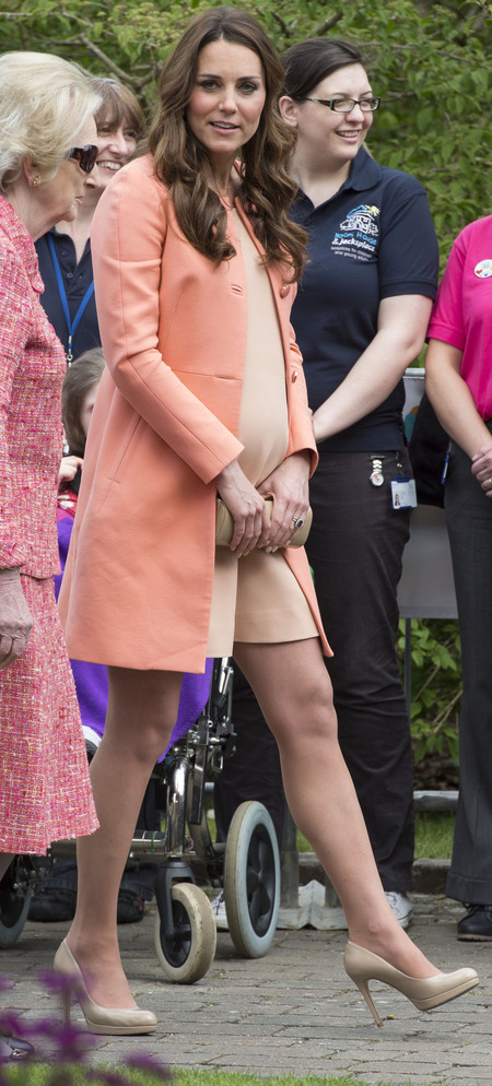 Kate Middleton wears peach for visit to Naomi House children hospice