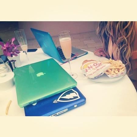 Beyoncé eats a burger & champagne