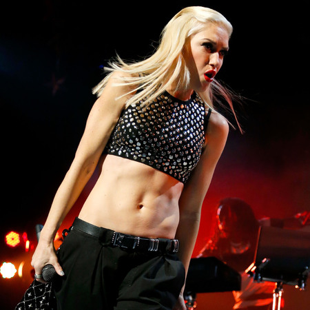 Gwen Stefani abs - No doubt performance - Gwen Stefani performing on stage in a crop top - celebrity bodies - celebrity stomachs - gym bag - handbag.com