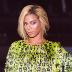Beyoncé pulled off stage by crazed fan