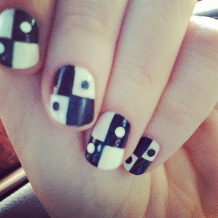 Zooey Deschanel Emmy Awards 2013 domino nail art