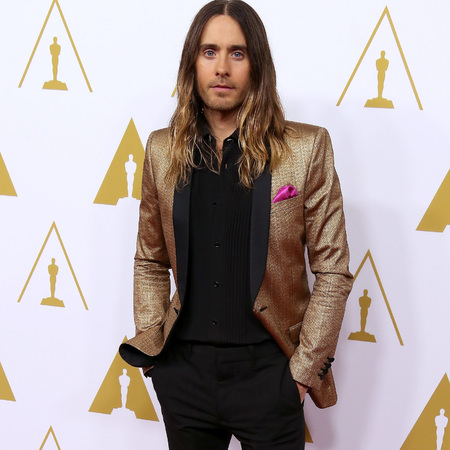 jared leto in ysl saint laurent gold blazer jacket - pink pocket square and purple socks - oscar nominees luncheon -celebrity fashion - handbag.com