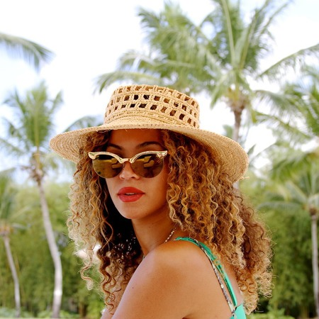 Beyonce on holiday in the dominican republic - handbags inspired by beyonce's holiday - beyonce wears sunhat - celebrity holiday style - beyonce - celebrity fashion - handbag.com