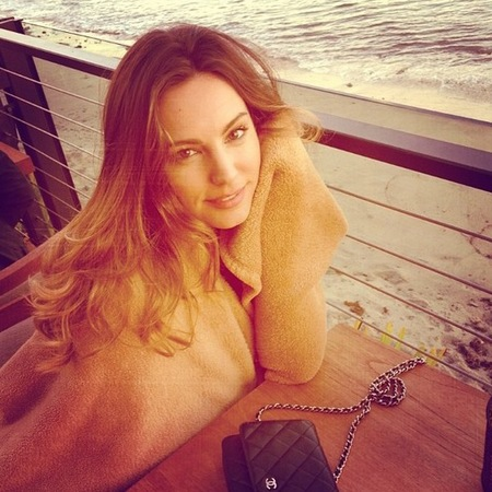Kelly Brook's Malibu beach pose