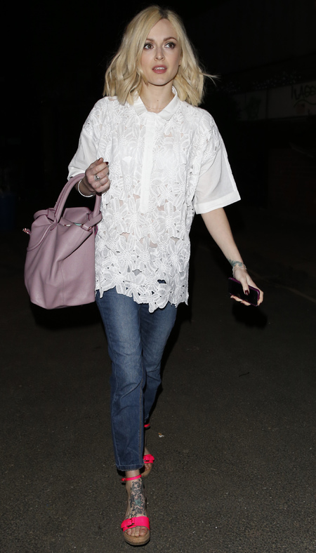 fearne cotton-white shirt-embroidered blouse-jeans-pink shoes-celebrity tattoos-how to wear a white shirt-handbag.com