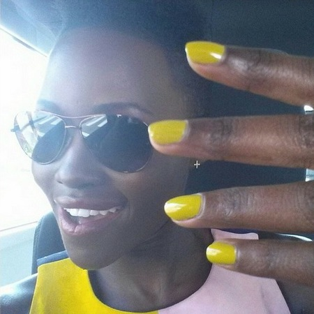 lupita nyongo-yellow nails-holiday manicure-summer nail colour trends-celebrity manicure ideas-handbag.com