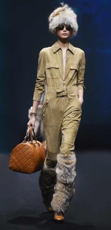michael kors-handbag-travel bag-brown tan-catwalk-runway fashion show-shanghai-model-fury hat-handbag.com