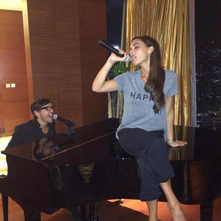 victoria beckham-singing-piano-ken paves hairdresser-harper tshirt-spice girls karaoke-singapore fashion tour-handbag.com