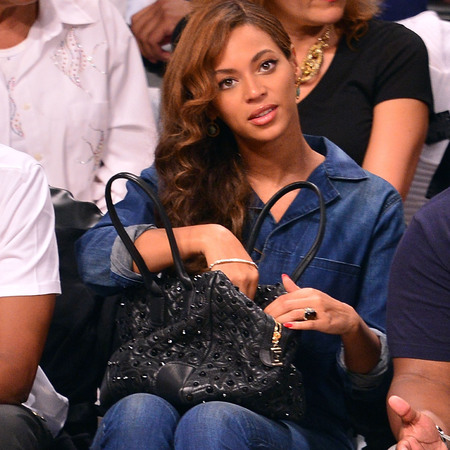 beyonce-versace handbag-black studded bag-denim jumpsuit-vintage waves hairstyle-basket ball front row-handbag.com