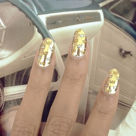 Beyonce's gold crown nail stickers