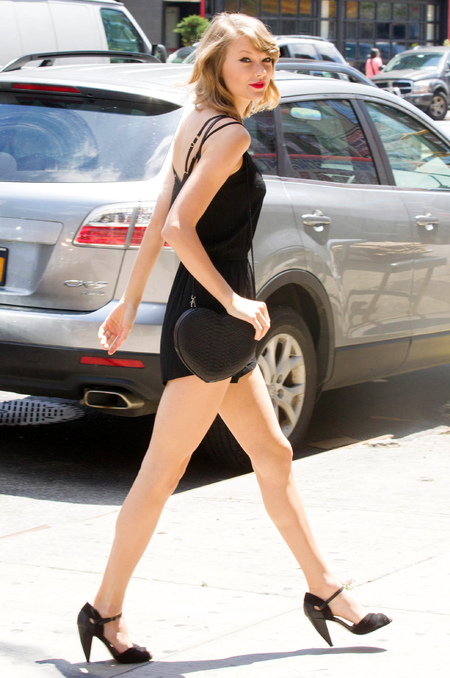 taylor swift in black playsuit and heart handbag - taylor swift ditches d&g handbag - shopping bag - handbag
