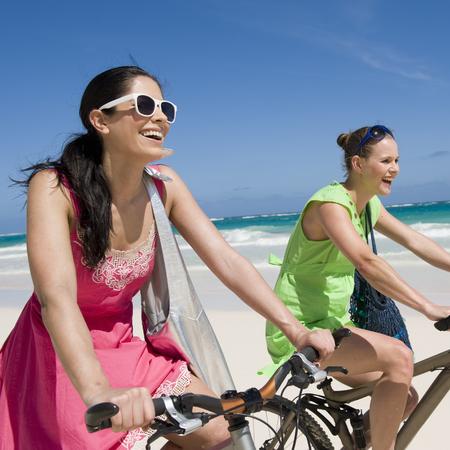 Girls-beach-summer-bike-friends-diet-fitness-style-handbag.com