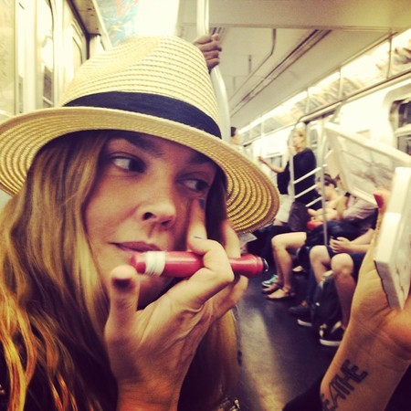 drew barrymore on the tube applying concealer - drew barrymore shows you how to apply makeup on the tube - beauty bag - handbag