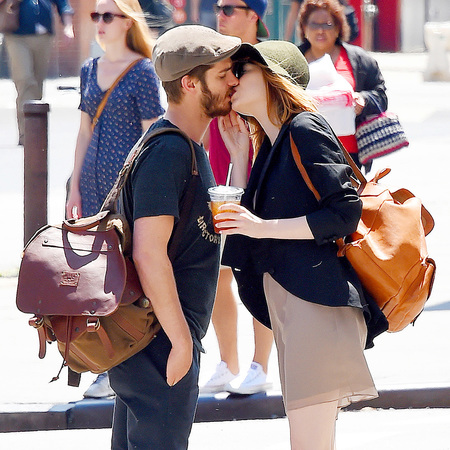 emma stone and andrew garfield kissing - emma stone matches her backpack to andrew garfields - shopping bag - handbag