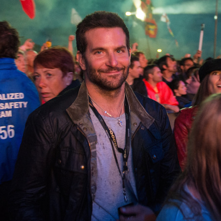 Bradley Cooper at Glastonbury festival 2014 - celebrity spots at Glastonbury festival - hot celebrity men - fashion - shopping bag - handbag.com