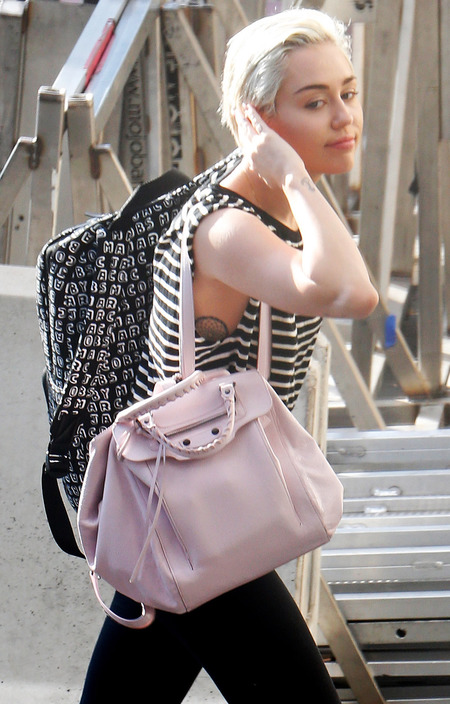 miley cyrus-pink handbag-backpack trend-no makeup-blonde hair-bangerz world tour-handbag.com