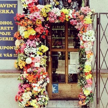 Whitney Port - wedding planner - inspiration - ceremony flower arch - handbag.com