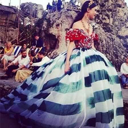 dolce gabbana-alta moda capri-fashion show-navy stripe big skirt-handbag.com