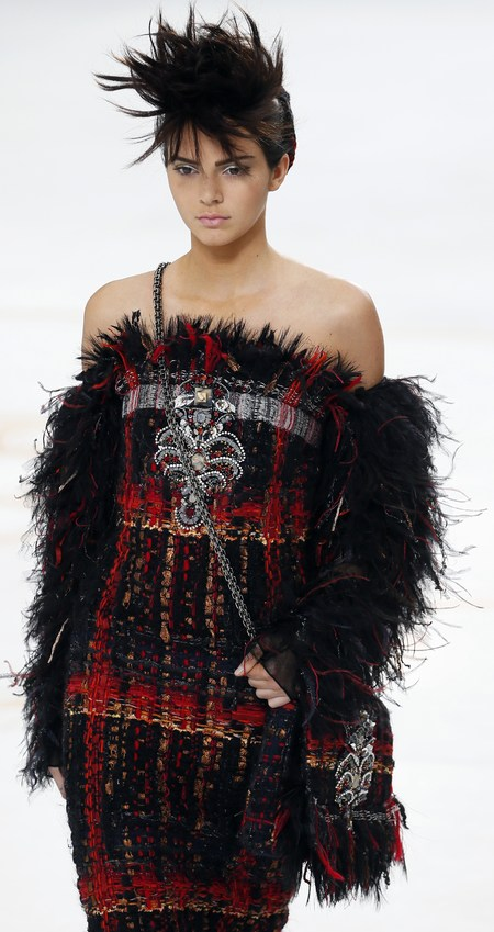 chanel show-haute couture paris fashion week-autumn winter 2015-kendall jenner model-fluffy tartan handbag-handbag.com