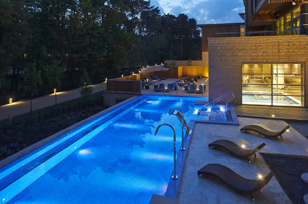 center parcs woburn forest-Aqua Sana Outdoor infinity Pool at Night-uk spa breaks-handbag.com